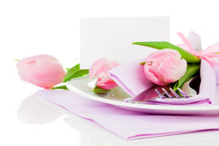 Tulipas cor-de-rosa em uma placa Fotografia de Stock