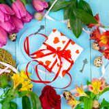 Tulipas cor-de-rosa no fundo azul de madeira Feriado da concepção, o 8 de março, dia do ` s da mãe Espaço liso da configuração e  Imagens de Stock Royalty Free