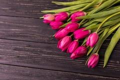Tulipas cor-de-rosa no fundo preto Configuração lisa, vista superior arranjo roxo das tulipas de easter com espaço para o texto Fotos de Stock Royalty Free