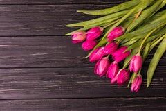 Tulipas cor-de-rosa no fundo preto Configuração lisa, vista superior arranjo roxo das tulipas de easter com espaço para o texto Imagens de Stock Royalty Free