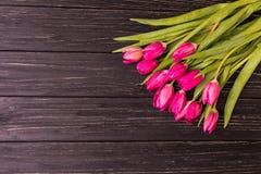 Tulipas cor-de-rosa no fundo preto Configuração lisa, vista superior arranjo roxo das tulipas de easter com espaço para o texto Imagens de Stock