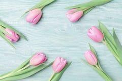 Tulipas cor-de-rosa para o 8 de março, o dia internacional da mulher ou de mães Fundo bonito da mola Vista superior Foto de Stock