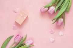 Tulipas, corações e caixa de presente cor-de-rosa no fundo cor-de-rosa Wi da vista superior Fotos de Stock