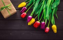 Tulipas da cor diferente no fundo de madeira Foto de Stock Royalty Free