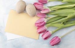 Tulipas da Páscoa com cartão Imagens de Stock