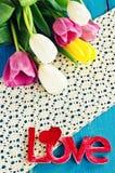 Tulipas de cores diferentes e das palavras Fotografia de Stock