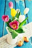 Tulipas de cores diferentes no vaso Fotos de Stock Royalty Free