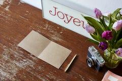 Tulipas do cartão do convite da escrita e decoração da câmera foto de stock