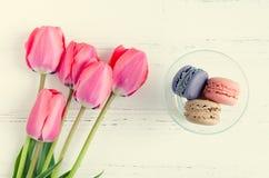 Tulipas e bolinhos de amêndoa cor-de-rosa Imagem de Stock