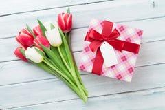 Tulipas e caixa de presente brancas e vermelhas Foto de Stock