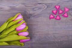 Tulipas e corações bonitos Fotografia de Stock Royalty Free