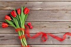 Tulipas e corações vermelhos dos doces Fotos de Stock Royalty Free