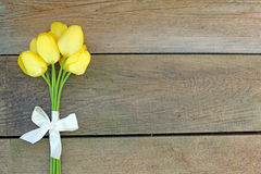 Tulipas e curva amarelas Imagens de Stock Royalty Free
