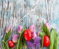 Tulipas e ovos da páscoa no fundo de madeira Imagem de Stock Royalty Free