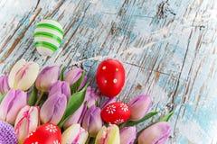 Tulipas e ovos da páscoa no fundo de madeira Imagens de Stock Royalty Free