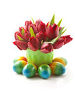 Tulipas e ovos da páscoa vermelhos Fotografia de Stock