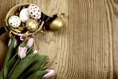 Tulipas e ovos tonificados de easter do fundo Fotografia de Stock