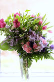 Tulipas e Rose Bouquet cor-de-rosa em um vaso no fundo branco Imagens de Stock