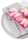 Tulipas, forquilha e faca cor-de-rosa da mola Fotografia de Stock