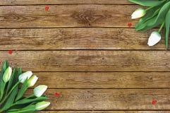 Tulipas no fundo de madeira com espaço para a mensagem Fundo do dia do ` s da mãe Flores na tabela rústica para o 8 de março Imagens de Stock Royalty Free