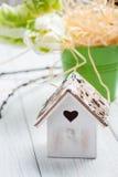 Tulipas verdes, casa de madeira do pássaro da forma do coração Imagem de Stock