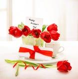 Tulipas vermelhas frescas para a mamã Fotos de Stock Royalty Free