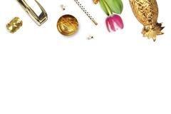 Tulipe, agrafeuse d'or, crayon Vue de Tableau La vie toujours de la mode Configuration plate Photo stock