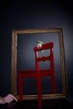 Tulipe blanche sur la présidence rouge dans la trame de peinture Photos libres de droits