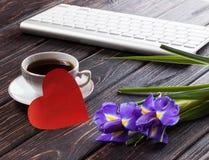 Tulipe et coeur rouge sur le bois Image libre de droits