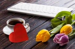 Tulipe et coeur rouge sur le bois Image stock