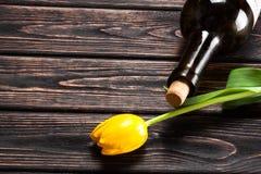 Tulipe et vin sur le bois Photographie stock libre de droits