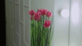 Tulipes artificielles dans le miroir rétro-éclairé banque de vidéos