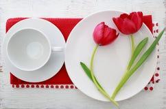 Tulipes avec l'ensemble de table photo stock
