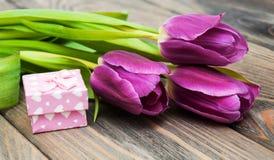Tulipes avec la boîte-cadeau photographie stock