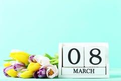 Tulipes avec le calendrier de cube Images stock