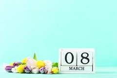 Tulipes avec le calendrier de cube Photographie stock