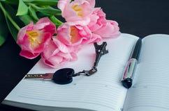 Tulipes avec le stylo et la clé Photographie stock libre de droits