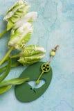 Tulipes blanches et vertes avec l'oiseau principal en bois Images libres de droits