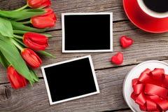 Tulipes, boîte-cadeau et photos rouges de Saint-Valentin Photographie stock