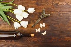 Tulipes, bouteille de vin et Tour Eiffel miniaturisé Images libres de droits