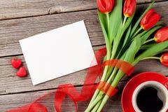 Tulipes, carte de voeux et coeurs rouges de sucrerie Images stock