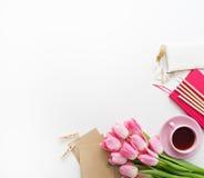 Tulipes, clavier et fournitures de bureau sur le conseil blanc Photos libres de droits