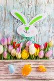 Tulipes colorées avec des oeufs de pâques sur la table en bois Images libres de droits