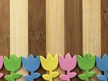 Tulipes colorées de coupe sur un hachoir Images libres de droits