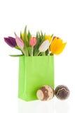 Tulipes colorées de sac à provisions avec des oeufs de pâques Photographie stock libre de droits