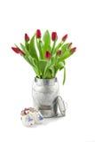 Tulipes dans la boîte de lait Images stock