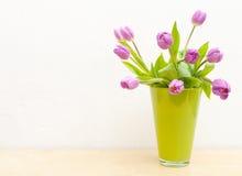 Tulipes dans le vase image stock