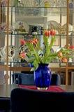 Tulipes dans le vase bleu Images libres de droits