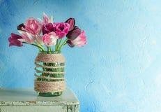 Tulipes dans un pot en verre image libre de droits
