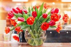 Tulipes dans un vase photographie stock libre de droits